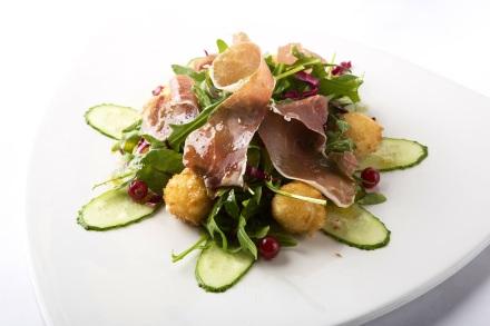 салат с жареной мацарелой и пармской ветчиной