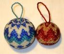 новогодние-игрушки-украшенные-бисеро