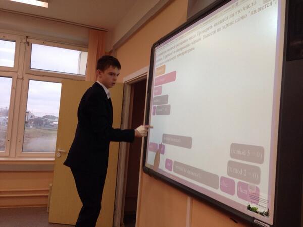 Ученик Андрея работает на интерактивной доске